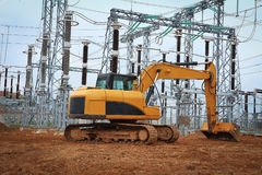 Bagger im Industriebau der elektrischen Nebenstelle Lizenzfreies Stockbild