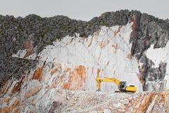 Bagger im Steinbruch des weißen Marmors Stockbilder