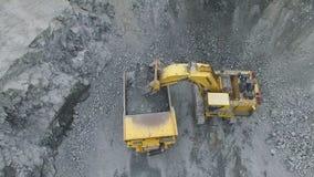 Bagger lädt LKW am Tagebau stock footage