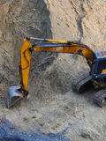 Bagger Loader mit dem rised Löffelbagger, der im Sand steht stockfotos