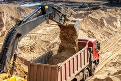 Bagger Loading Dumper Truck stockfotografie
