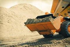 Bagger mit Sand im Eimer Lizenzfreies Stockbild