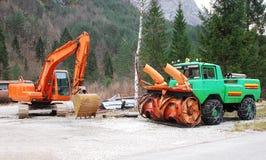 Bagger und Schneeräumungs-Fahrzeug Stockbild