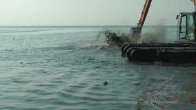 Bagger Working im Meer Marine Debris Pollution Removal stock video footage
