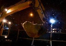 Baggereimer mit Sand an der Baustelle Stockfoto
