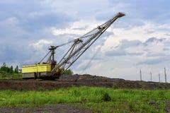 Baggermaschine bei der weltbewegenden Arbeit der Aushöhlung im Steinbruch stockfoto
