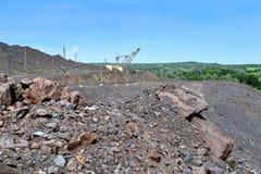 Baggermaschine bei der weltbewegenden Arbeit der Aushöhlung im Steinbruch lizenzfreies stockfoto