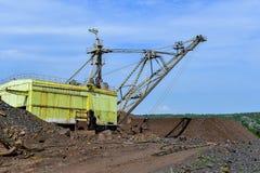 Baggermaschine bei der weltbewegenden Arbeit der Aushöhlung im Steinbruch stockbilder