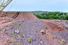 Baggermaschine bei der weltbewegenden Arbeit der Aushöhlung im Steinbruch lizenzfreie stockfotos