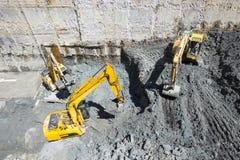 Baggers de los excavadores que cavan en un emplazamiento de la obra Fotografía de archivo