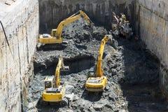 Baggers de los excavadores que cavan en un emplazamiento de la obra Fotos de archivo