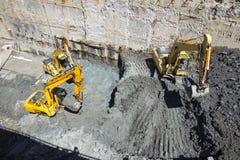 Baggers degli escavatori che scavano ad un cantiere Immagine Stock