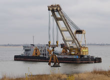 Baggerschiff auf dem Fluss Lizenzfreie Stockbilder