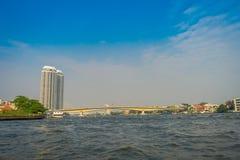 Bagkok从运河或Khlong轰隆Luang游人和白色桥梁美好的风景看见的建筑结构 库存图片