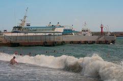 Bagnando durante le forti onde dopo la tempesta fotografia stock libera da diritti