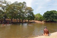 Bagnando la gente nel fiume, lo Sri Lanka Immagine Stock