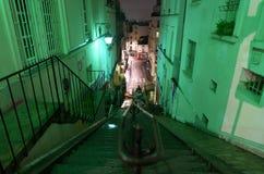 Bagni i punti di pietra ripidi di Rue Drevet in Montmartre, Parigi Fotografia Stock Libera da Diritti