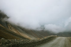 Bagni la strada dell'alta montagna di girata dalla valle di Barskoon Fotografie Stock
