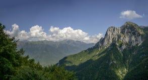 Bagni le scogliere della roccia del lato nordico del picco di Grigna, alpe di Cainallo, Immagine Stock