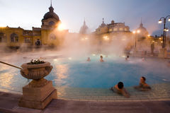 Bagni pubblici, notte fotografia stock