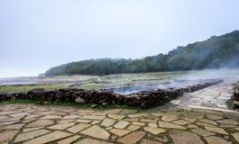 Bagni romani naturali all'aperto con vapore e acqua termale caldi immagini stock