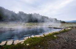 Bagni romani naturali all'aperto con vapore e acqua termale caldi fotografia stock libera da diritti