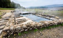 Bagni romani naturali all'aperto con vapore e acqua termale caldi fotografia stock