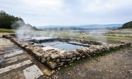 Bagni romani naturali all'aperto con vapore e acqua termale caldi immagine stock libera da diritti
