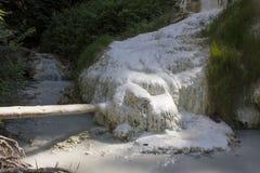 Bagni San Filippo Hot Springs ström royaltyfri fotografi