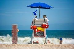 Bagnini che guardano spiaggia Immagine Stock