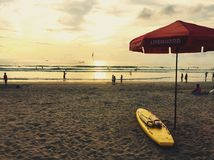 Bagnino alla spiaggia di Bali nel tramonto Fotografia Stock Libera da Diritti