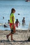 Bagnino che cammina vicino alla sedia davanti al lago Fotografia Stock