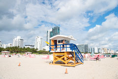 Bagnino dell'uomo che sorveglia spiaggia sulla torre di legno Immagini Stock Libere da Diritti