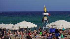 Bagnino di Barcellona, Spagna su una spiaggia Mediterranea stock footage