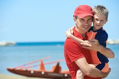 Bagnino e bambino salvato Fotografia Stock Libera da Diritti