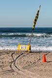 Bagnino Sign Identifying Swimming e posizioni praticanti il surfing fotografia stock libera da diritti