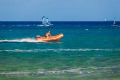 Bagnino su un'imbarcazione a motore nel golfo di Prasonisi Fotografia Stock Libera da Diritti