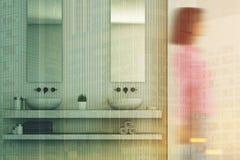 Bagno beige interno, doppio lavandino, ragazza Fotografia Stock