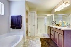 Bagno bianco di rinfresco con la porta e la vasca da bagno di vetro Fotografie Stock
