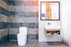 Bagno bianco indipendente della bella vasca vuota d'annata di lusso il bagno è meravigliosamente fotografie stock