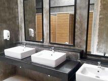 Bagno commerciale per lavare le mani Immagine Stock Libera da Diritti