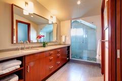 Bagno con la doccia di vetro della porta Fotografie Stock Libere da Diritti