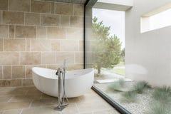 bagno con la parete della finestra fotografie stock