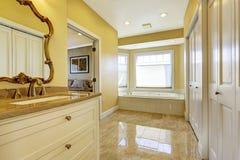 Bagno con la pavimentazione in piastrelle brillante in camera da