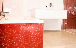 Bagno con le piastrelle di ceramica rosse fotografia stock