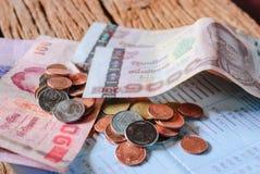 Bagno dei soldi e libretto di banca di conto tailandesi di risparmio Fotografie Stock Libere da Diritti