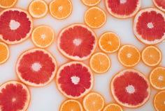 Bagno del latte con le fette delle arance e dei pompelmi Vista superiore Disposizione piana fotografie stock