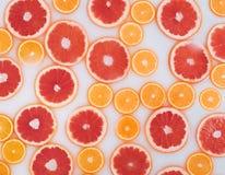 Bagno del latte con le fette delle arance e dei pompelmi Vista superiore Disposizione piana fotografie stock libere da diritti
