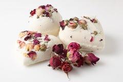 Bagno del sale della bomba decorato con le rose secche fotografia stock libera da diritti