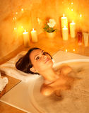 Bagno di bolla dell'introito della donna. Immagini Stock